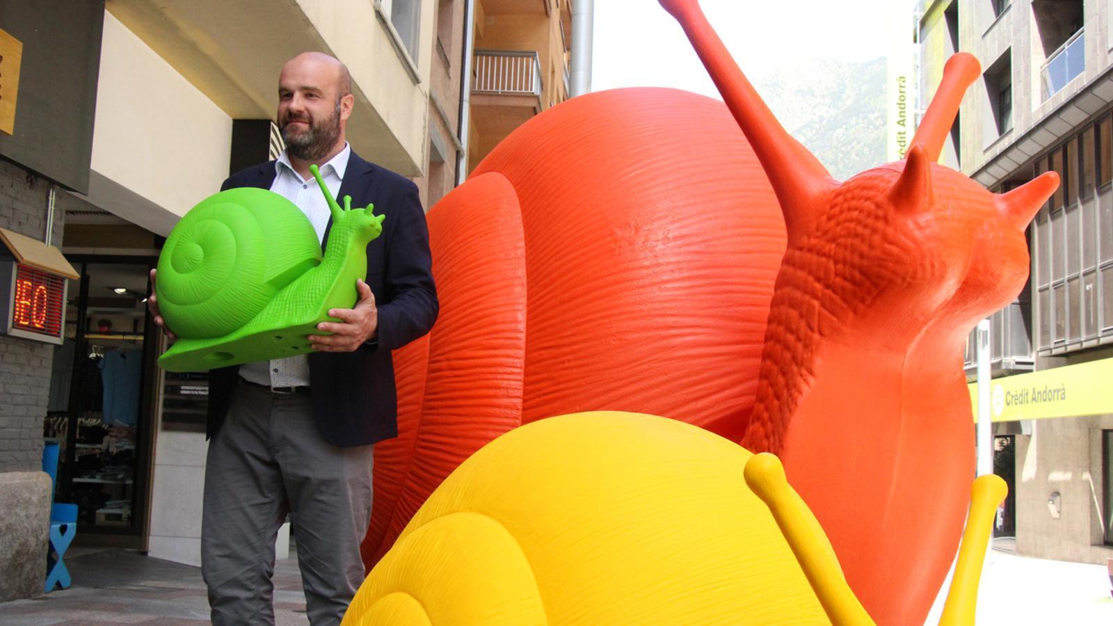 El cònsol menor d'Escaldes-Engordany, Marc Calvet, amb una mostra de l'exposició que hi haurà a la zona Vivand. / M. P. (ANA)