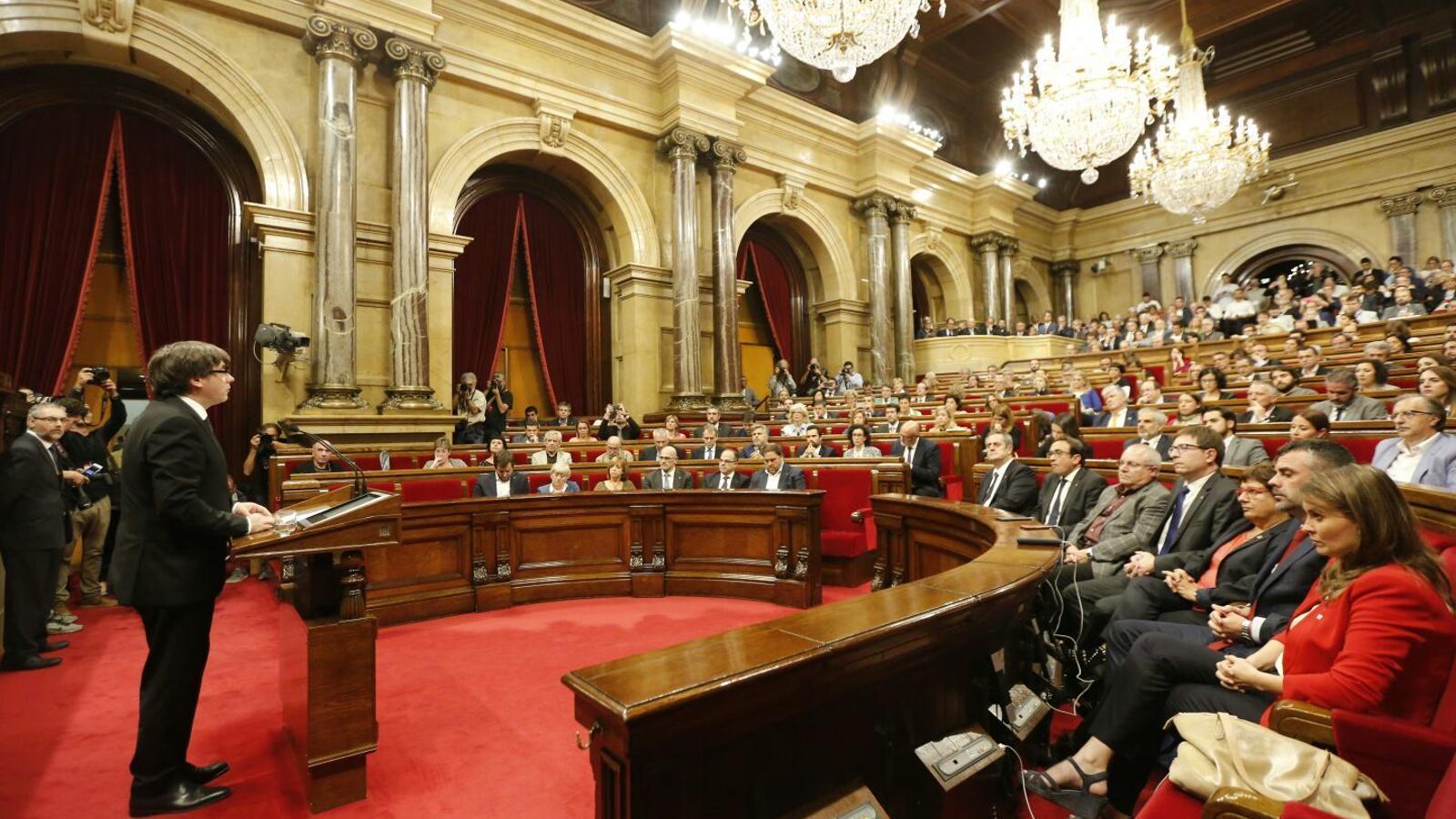 Puigdemont en el pleno del Parlamento en la que presentó su propuesta para aplicar los resultados del referéndum
