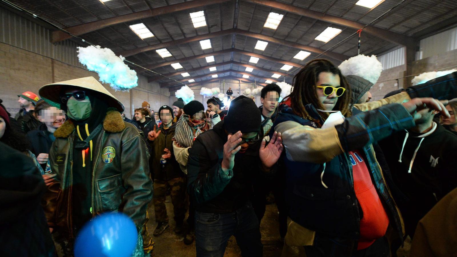 La gent balla durant una festa il·legal a prop d'un hangar en desús a Lieuron a uns 40 km al sud de Rennes