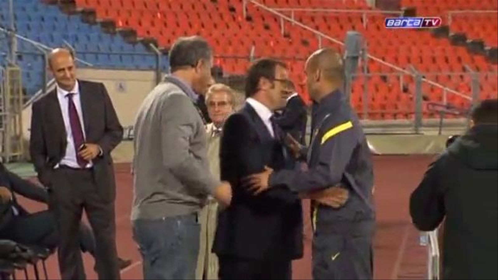 Pep Guardiola i Sandro Rosell s'abracen abans de l'entrenament