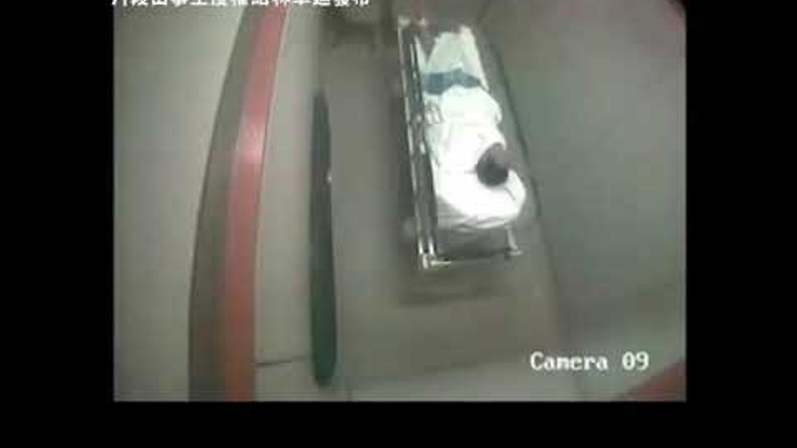 Dos agents de la policia de Hong Kong torturen un home en un hospital.