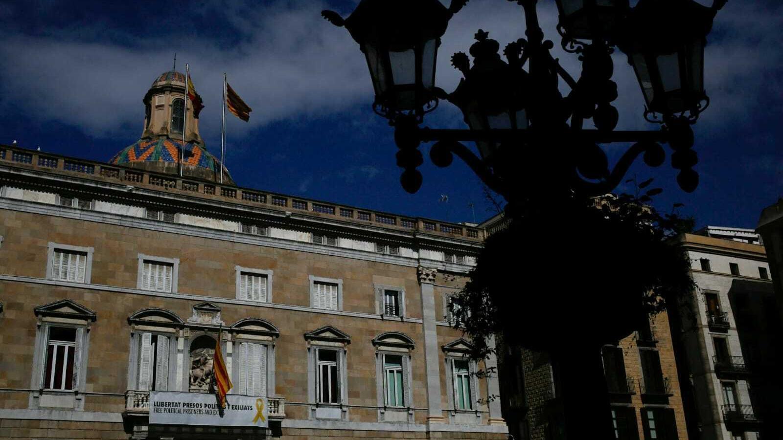 El llaç groc segueix a la façana del Palau de la Generalitat, aquest 19 de març