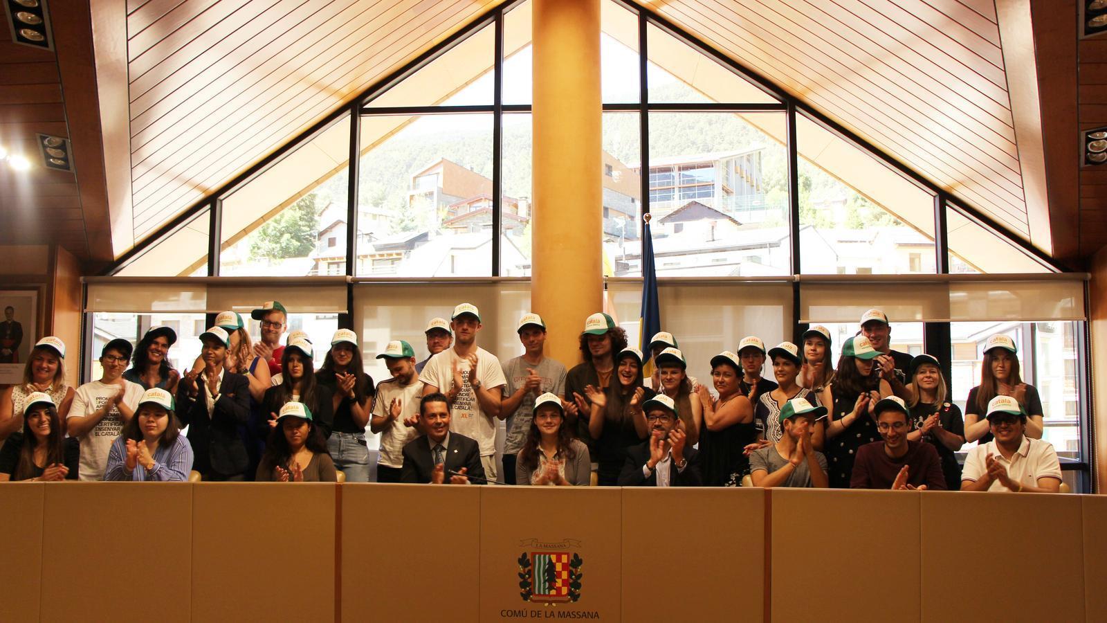 Foto de grup dels 31 estudiants acompanyats de Gueimonde i Sants en la benvinguda Campus de la llengua catalana aquest dilluns al comú de la Massana./ ARA ANDORRA