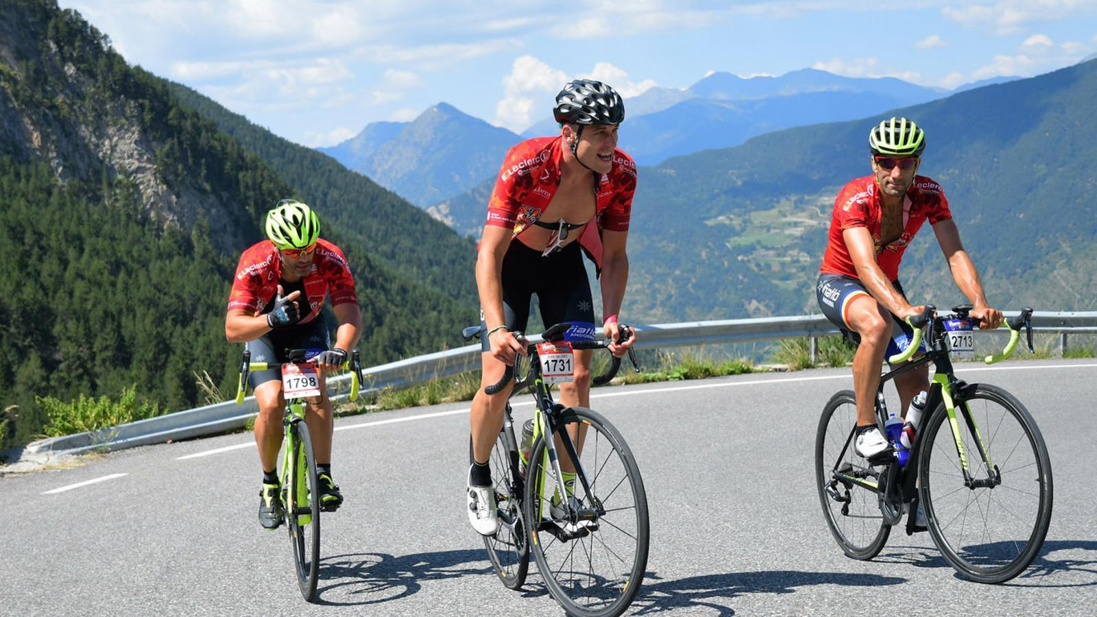 Imatges de tres ciclistes durant la marxa cicloturista 'La Purito Andorra'. / Comú d'Encamp