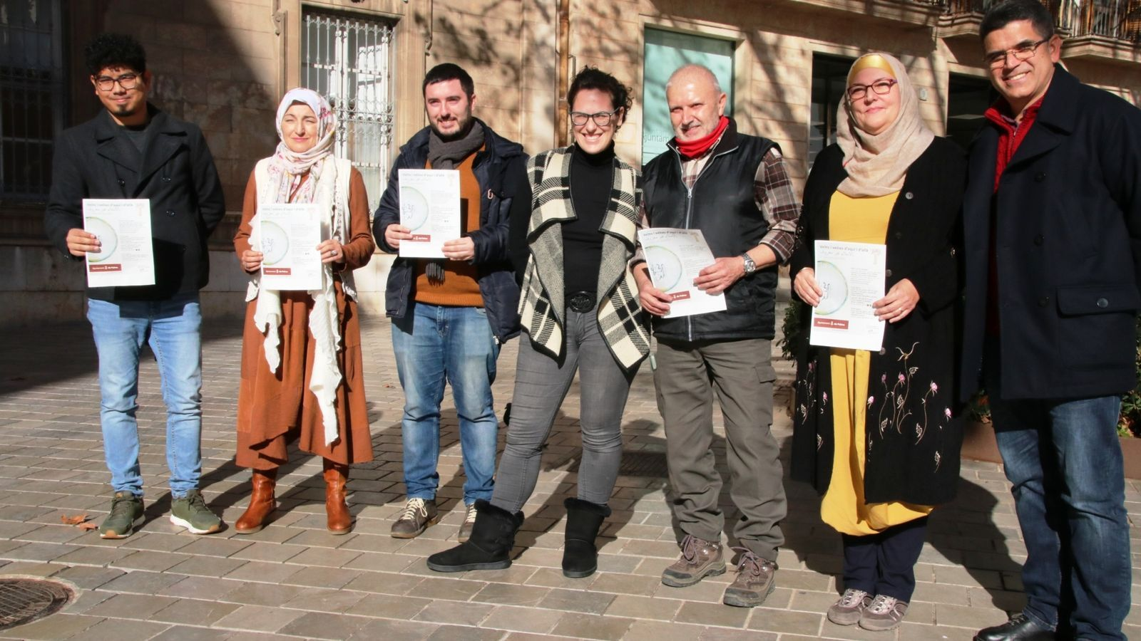 La regidora de Participació Ciutadana, Eva Frade, el regidor de Drets Cívics, Aligi Molina, i membres de l'associativa 'La Iniciativa'