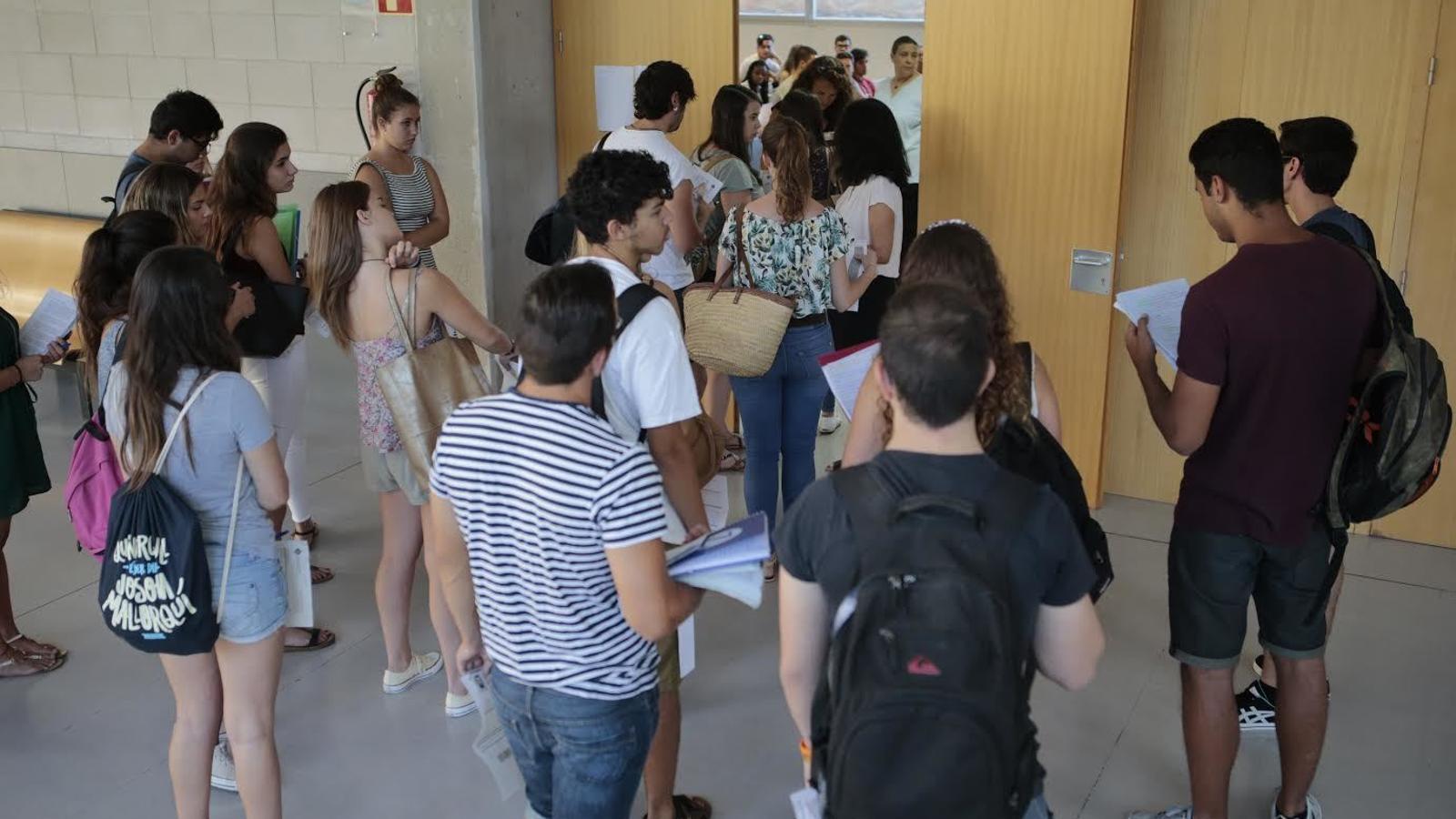 Alumnes arribats de tots els racons de Mallorca s'han desplaçat a la Universitat de les Illes Balears (UIB) per examinar-se. / ENRIQUE CALVO