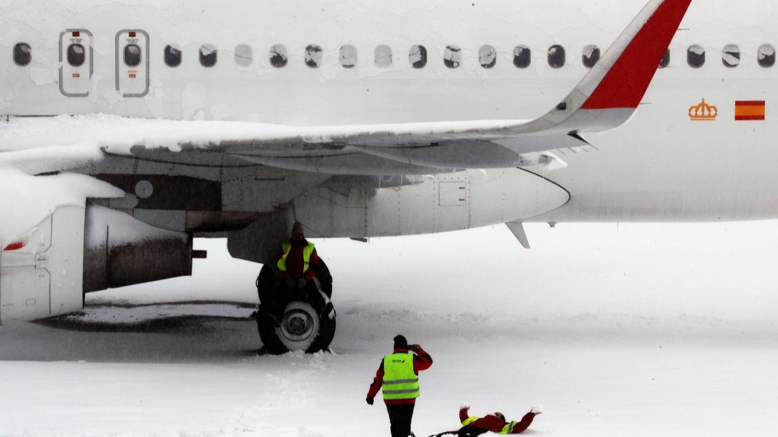 Un avió a l'aeroport d'Adolfo Suárez Barajas de Madrid, en plena nevada