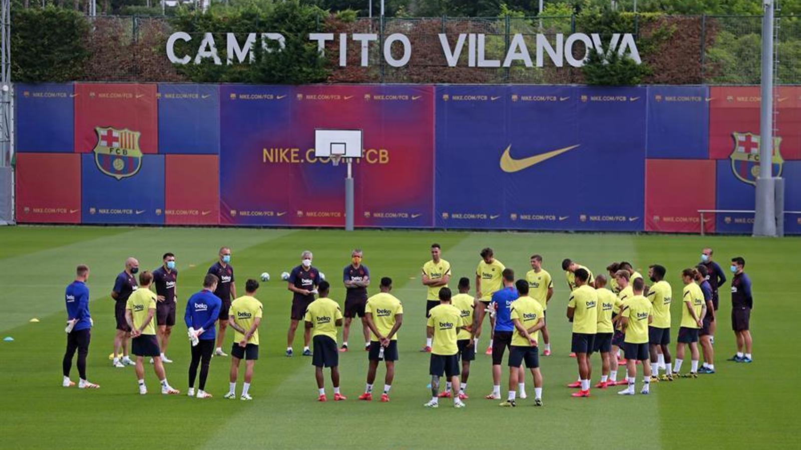 Els jugadors del Barça durant la xerrada de Quique Setién minuts abans d'un entrenament