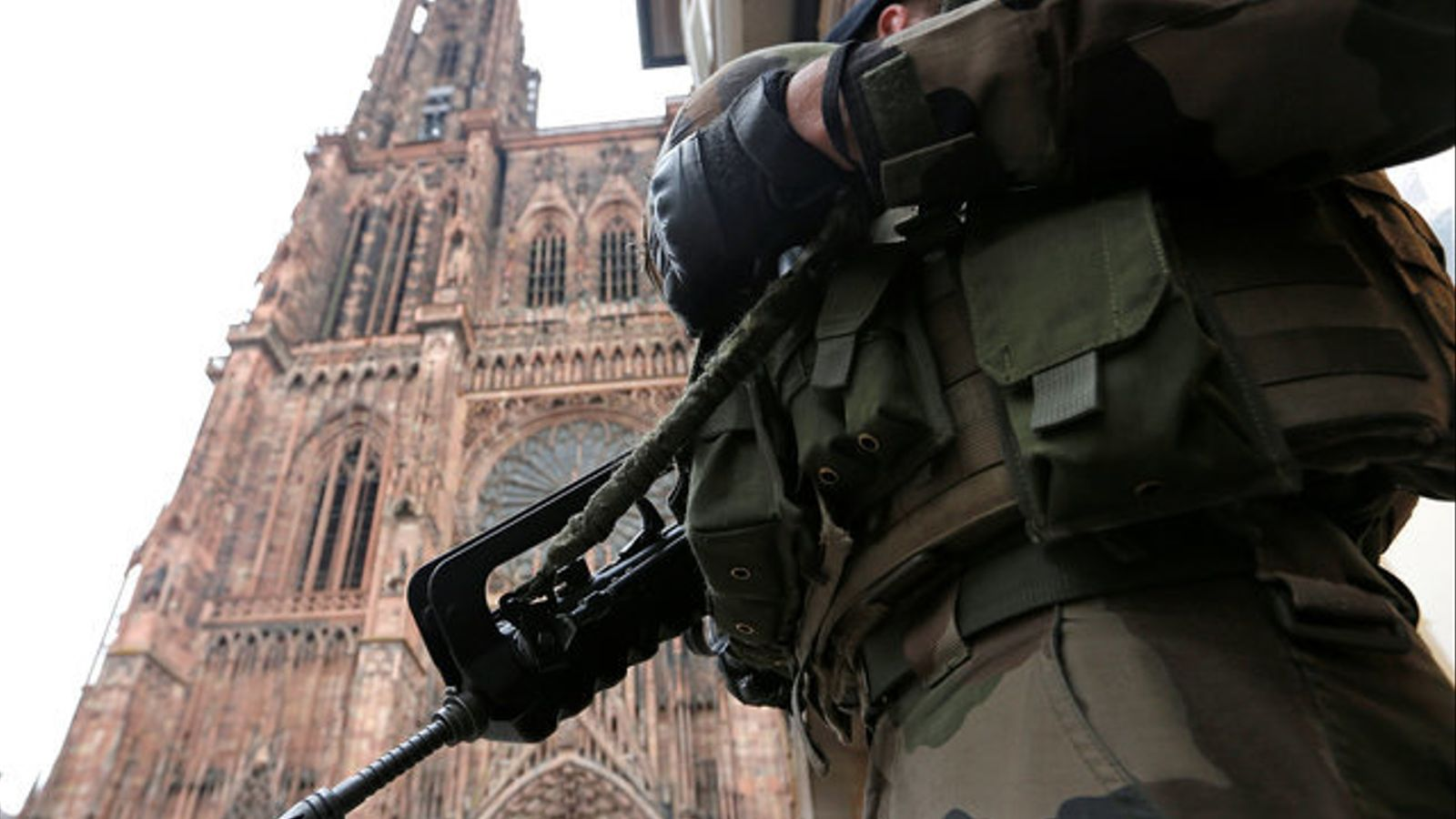 Un policia patrulla els carrers d'Estrasburg.