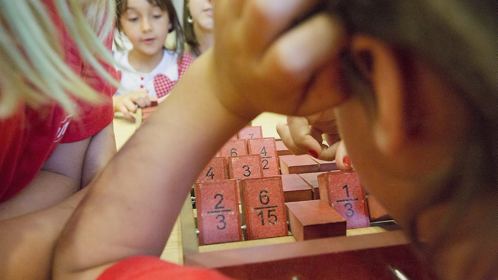 01. El Museu de les Matemàtiques organitza un casal d'estiu.  02 i 03. Materials didàctics  del museu: Engranatges sense dents.  Demostració visual que 3 al cub més 4 al cub més 5 al cub és igual a 6 al cub.