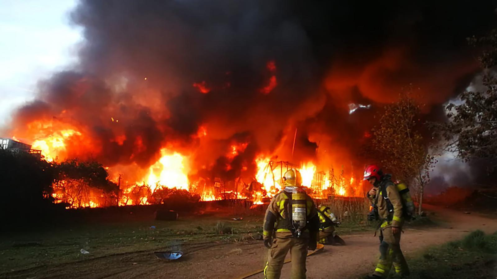 L' incendi cremant una nau de reciclatge de dissolvents i residus industrials a Montornès del Vallès