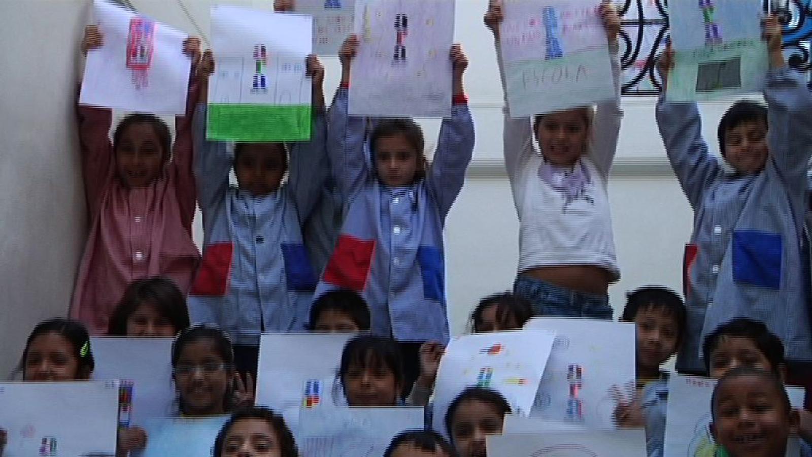 Nens de l'Escola Mossèn Jacint Verdaguer del Poble-sec pinten l'ARA