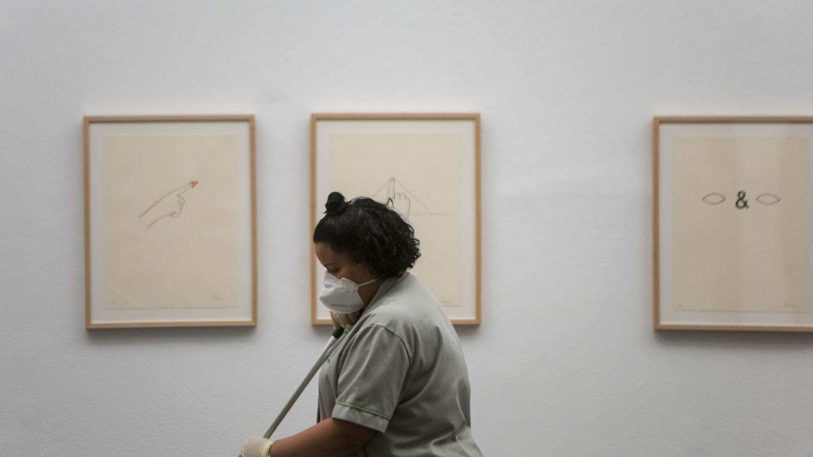 Una treballadora de la neteja, fent net un dels CaixaForum de l'Estat