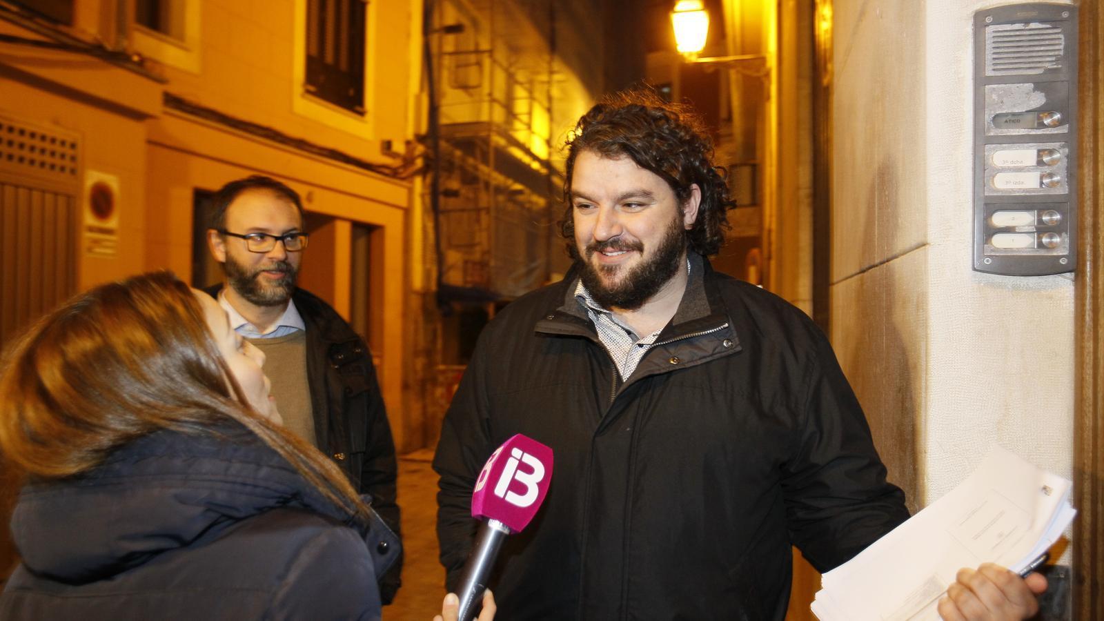 Lluís Apesteguia i Miquel Gallardo, en arribar a la reunió.