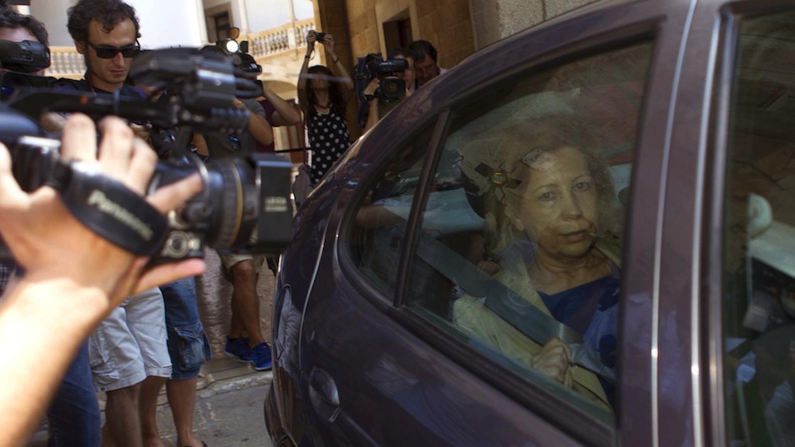 Maria Antònia Munar, en un vehicle de la Guàrdia Civil que la portava a la presó preventiva, mentre es veuen els recursos de la sentència pel cas Can Domenge / EFE