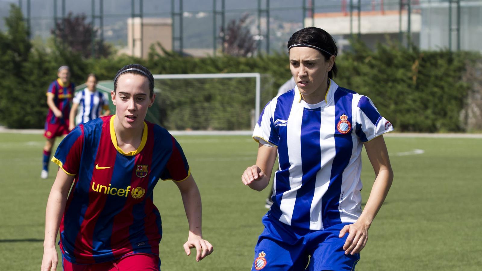 Elba i Vanesa lluiten per una pilota, ahir, al derbi de la Superlliga. / FCBARCELONA