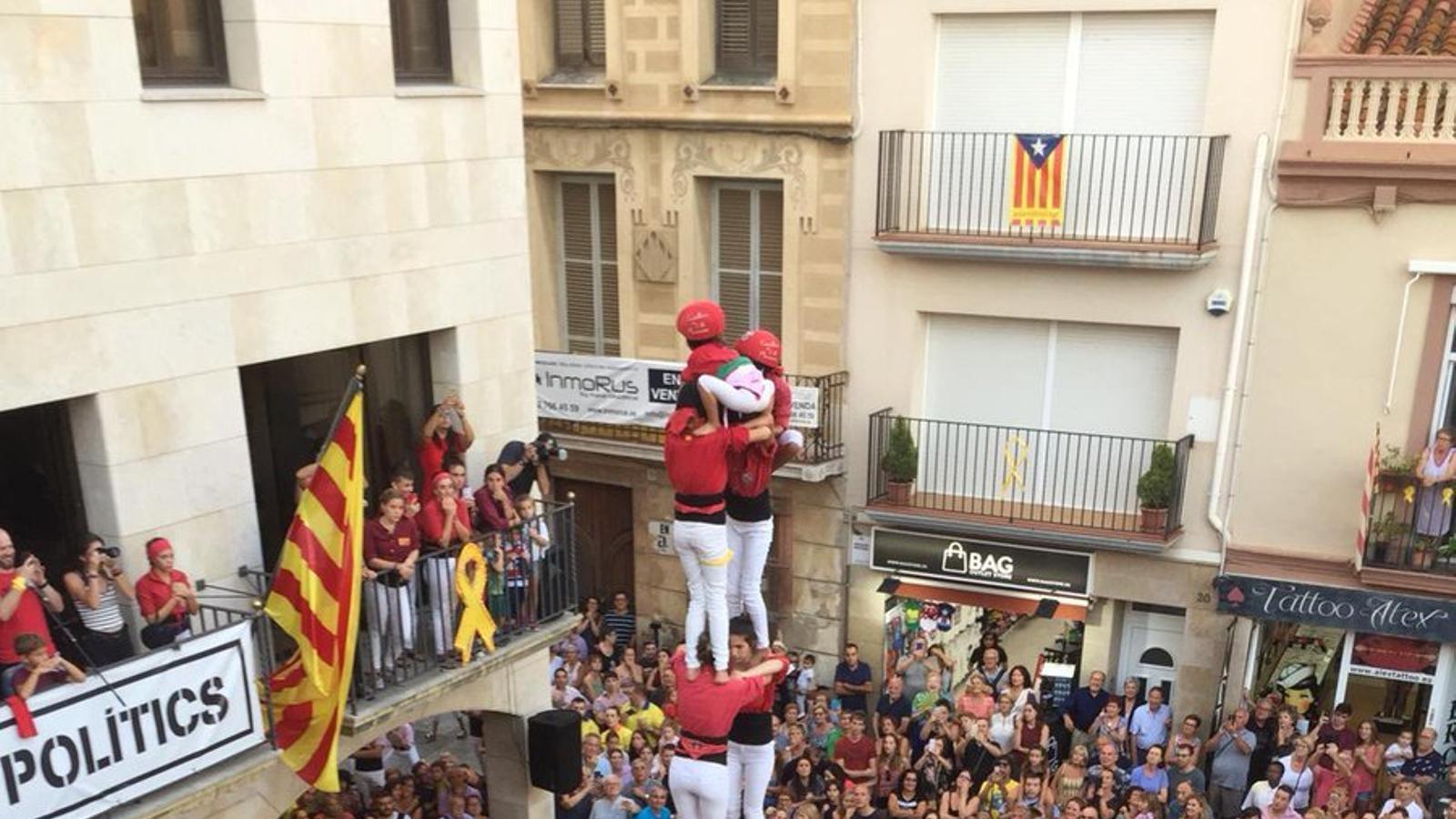 Els Castellers de l'Alt Maresme descarreguen el dos de set en el seu primer intent a plaça