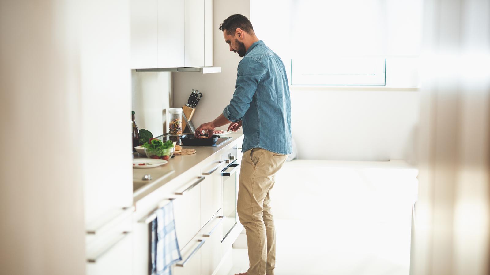 Un noi prepara cuinant a casa