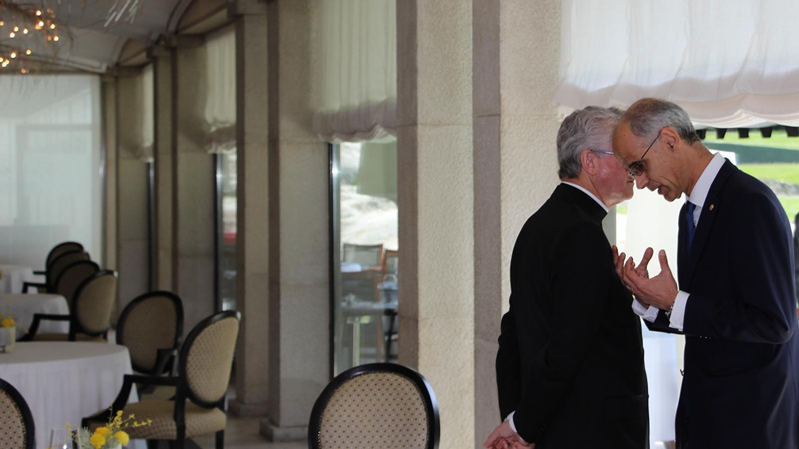 El copríncep episcopal, Joan-Enric Vives, i el cap de Govern, Toni Martí, parlen en un saló de l'hotel on ha tingut lloc l'acte d'aquest dijous. / B. N.