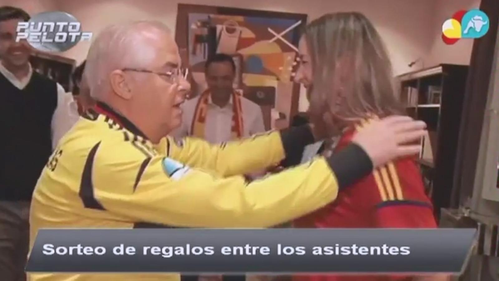L'ambaixador espanyol de Polònia, ara destituït, en la festa que va muntar pel partit Espanya-França