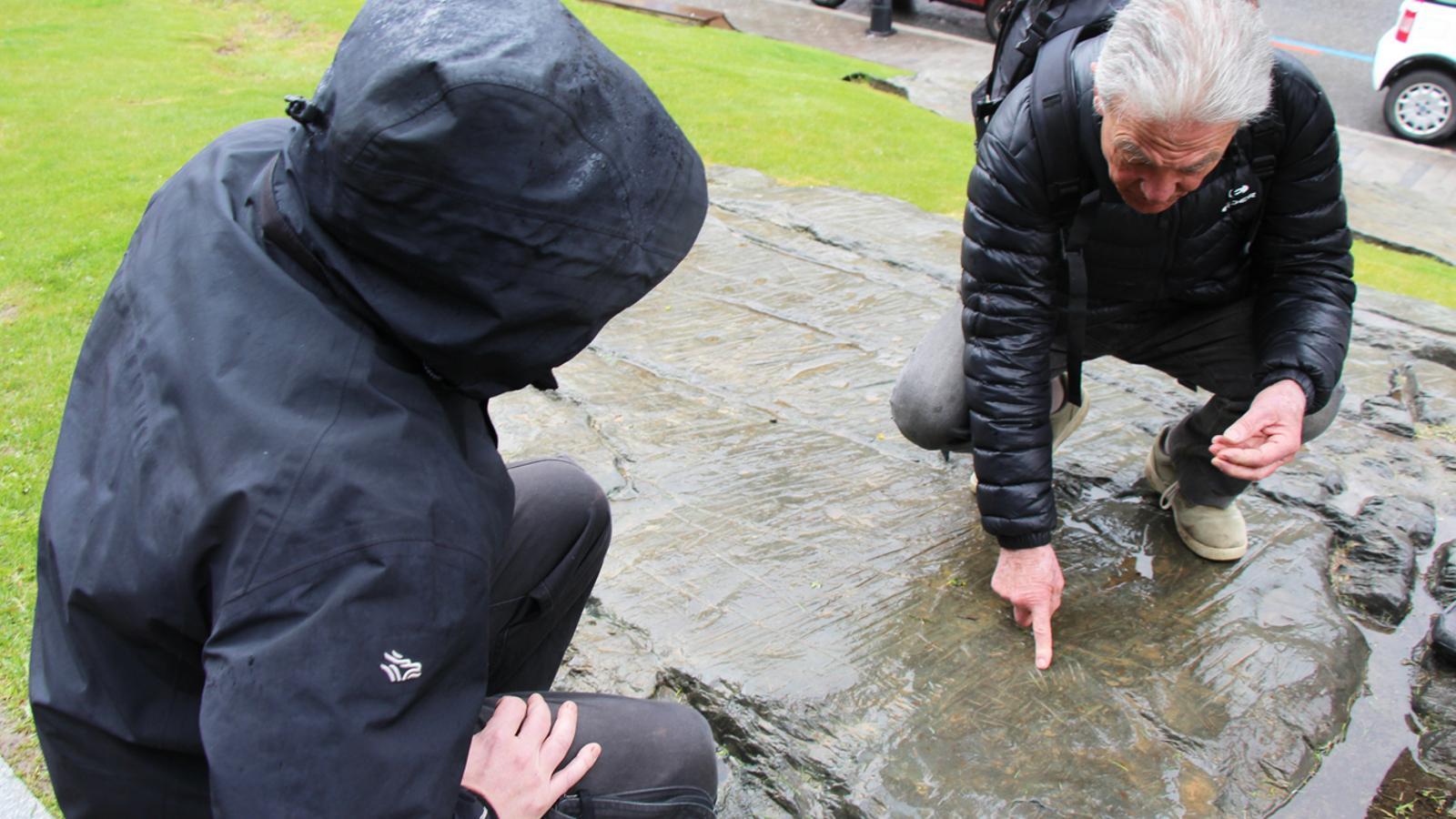L'expert Pierre Campmajo examina la reproducció fidel del Roc de les Bruixes, davant del Palau de Gel. / E. J. M. (ANA)