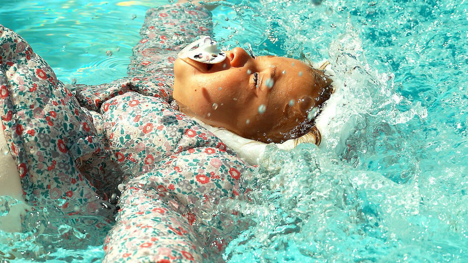 Tirar un nadó a la piscina pel seu propi bé