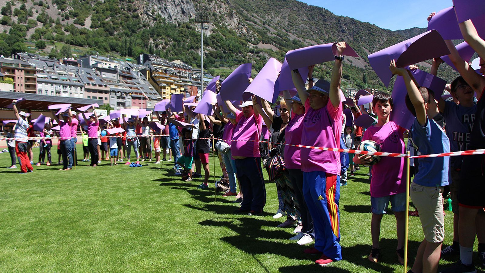El llaç lila gegant que han aconseguit configurar els participants a les '12 hores d'esport Vall Banc contra el càncer'. / M. M. (ANA)
