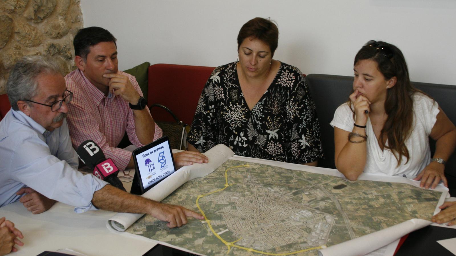 Angel Garcia i Gori Ferrà explicant el traçat ara previst per a la Ronda Nord.