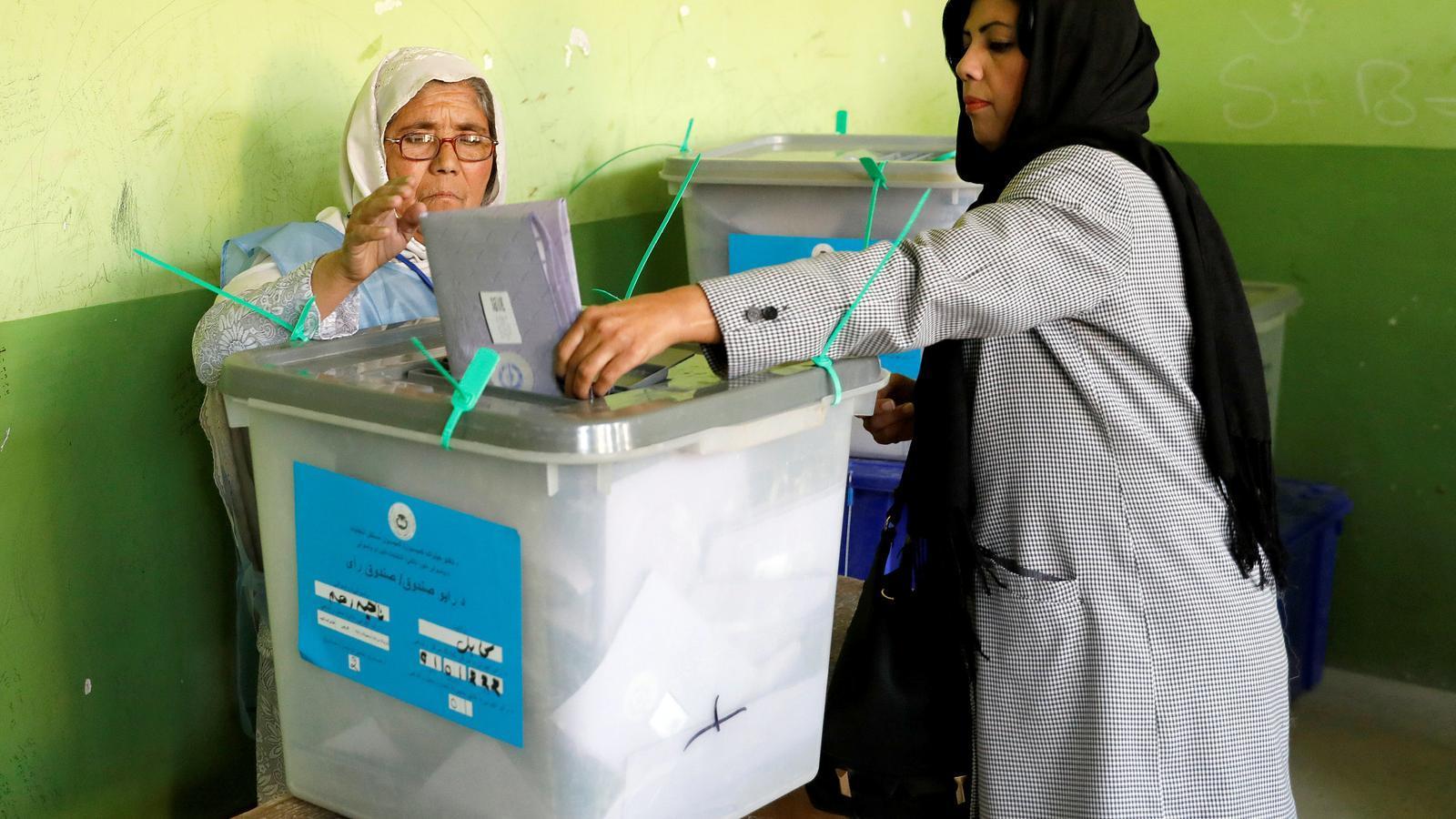 Dones afganeses voten en un col·legi de Kabul.