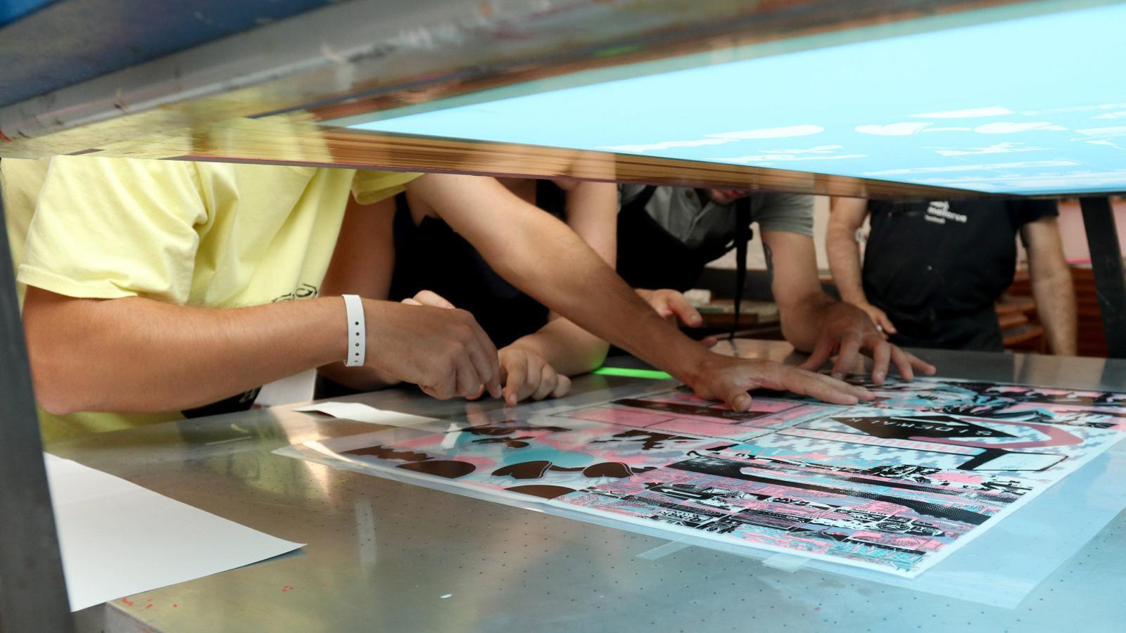 Assistents al taller 'The Children of Corita' treballant.