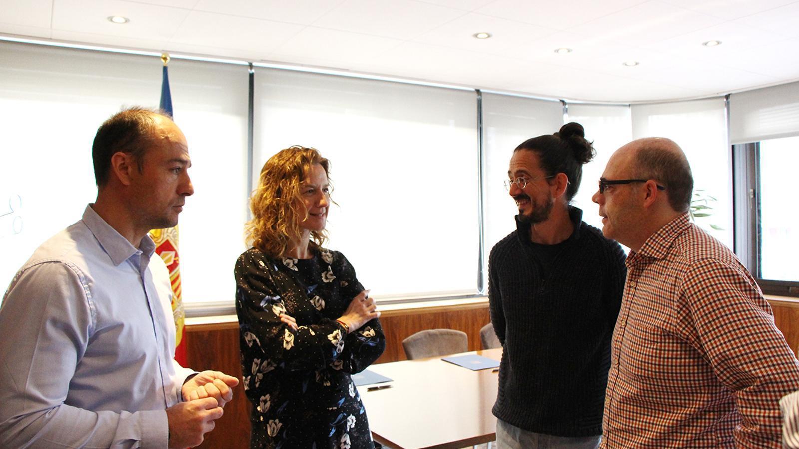 La ministra de Medi Ambient, Agricultura i Sostenibilitat en funcions, Sílvia Calvó, conversa amb Jordi Tena i Xavier Balmés, responsables de fer el documental i el director dels banders, Miquel Rossell. / M. F. (ANA)