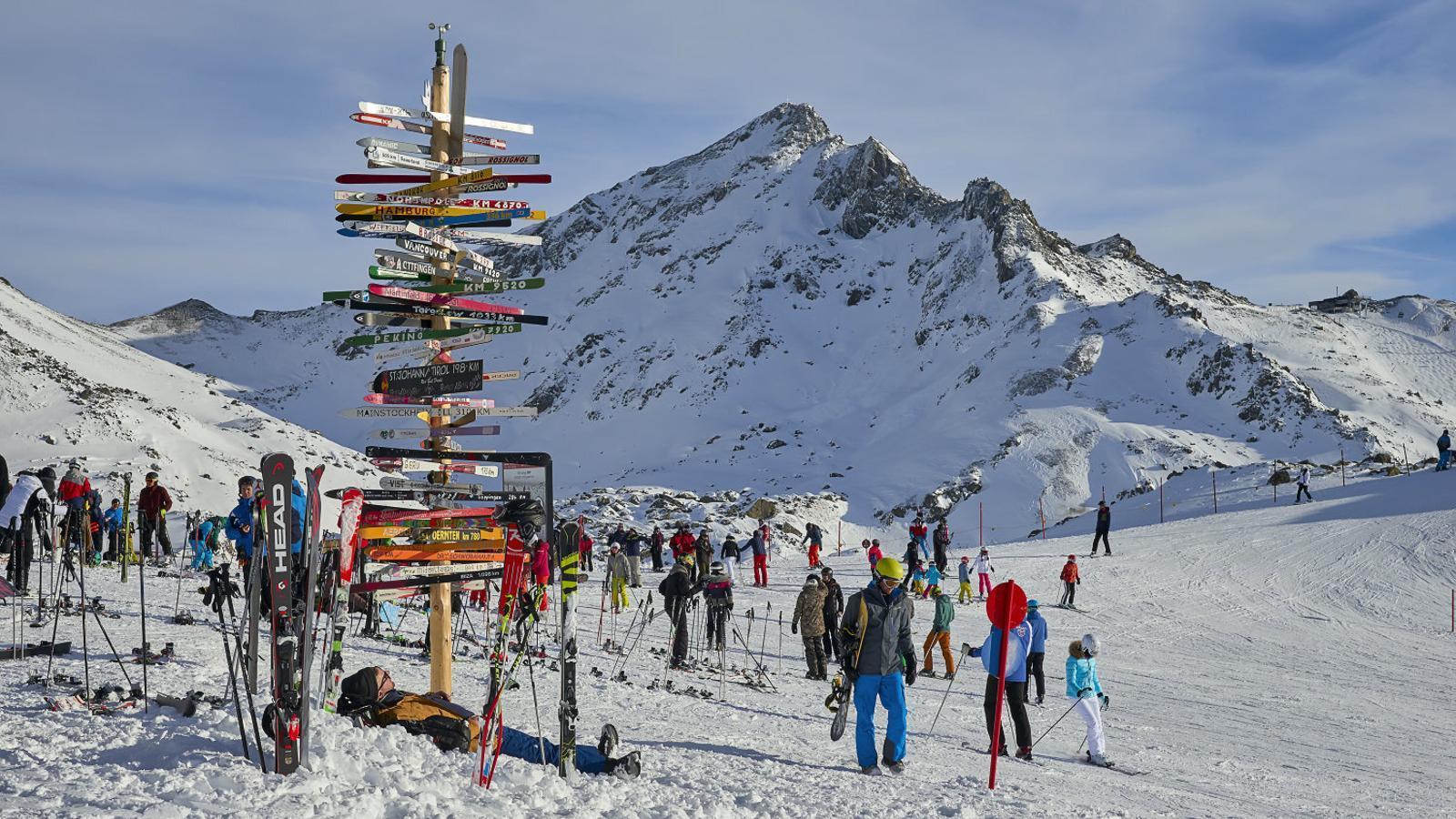 Turistes a l'estació d'esquí d'Ischgl, a Àustria, que es va convertir en un focus de contagi al març. No van tancar tot i els senyals d'alarma que arribaven des d'Itàlia.