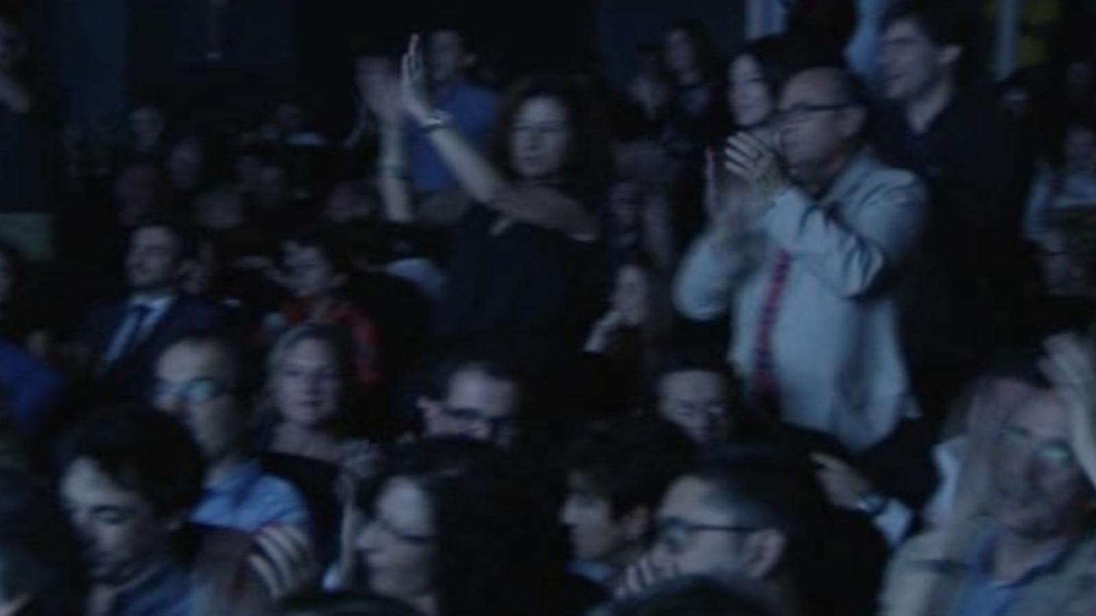 El públic de la cloenda del Filmets es rebel·la contra la censura de 'L'estaca' i la canta amb els músics