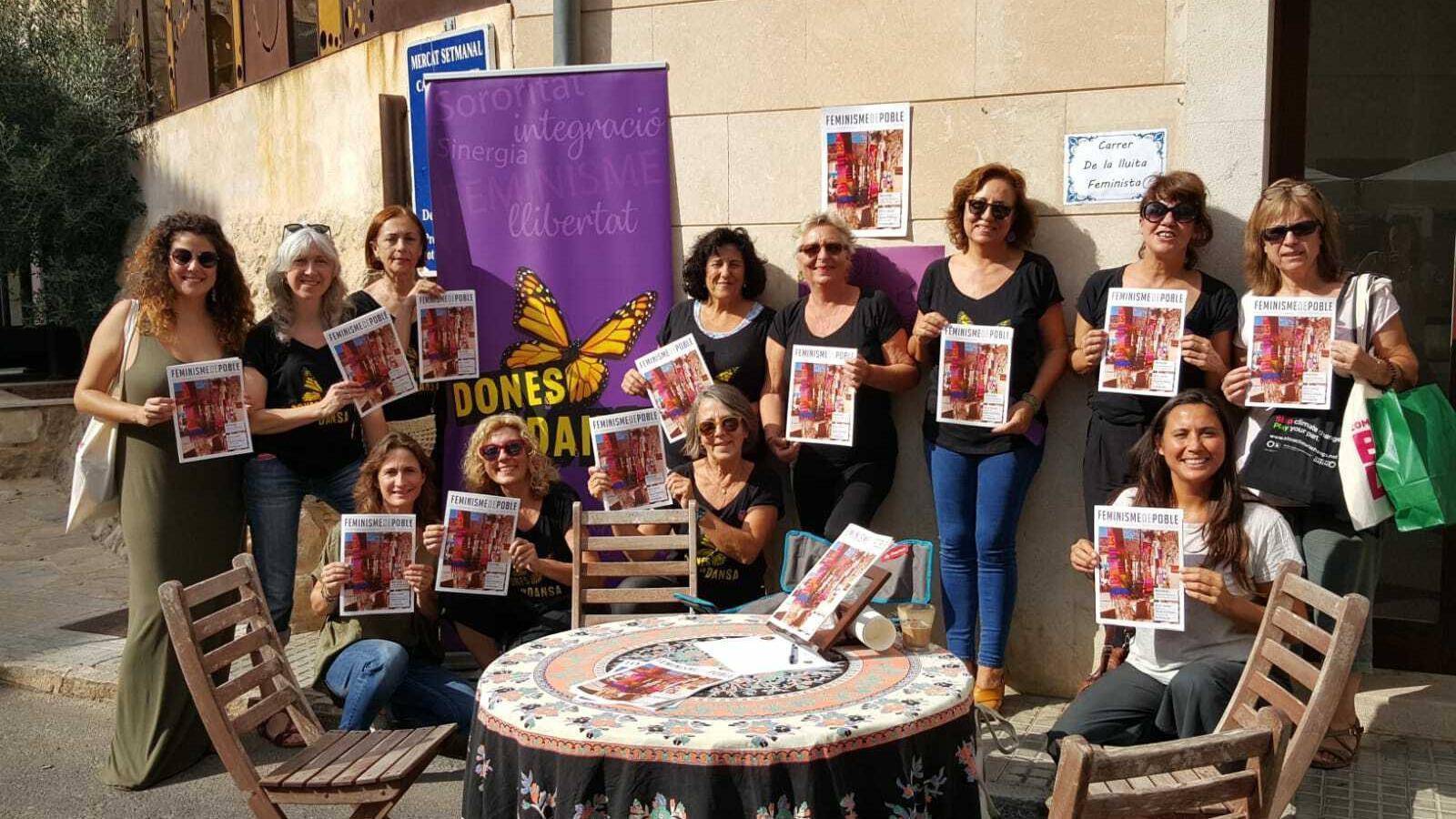 Integrants de l'associació Dones en Dansa a la presentació de la revista Feminisme de Poble