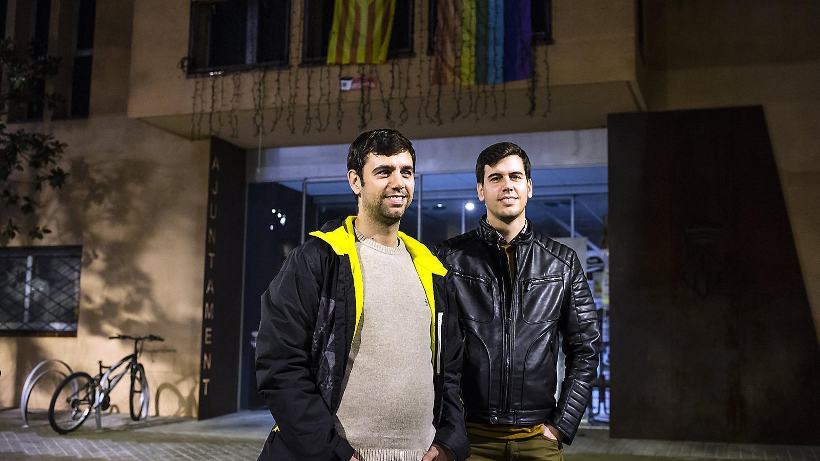 L'alcalde Eudald Calvo, en primer terme, al costat del seu germà, Bernat, davant de l'Ajuntament d'Argentona.
