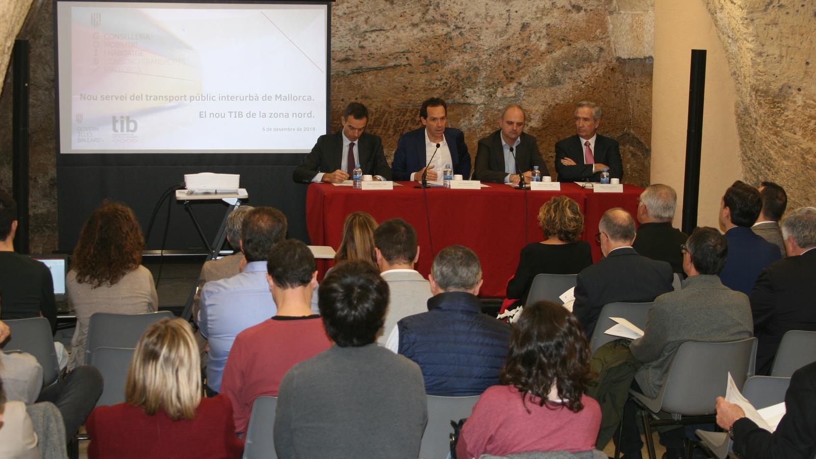 La presentació del nou servei de transport públic del nord s'ha fet a la biblioteca d'Alcúdia.
