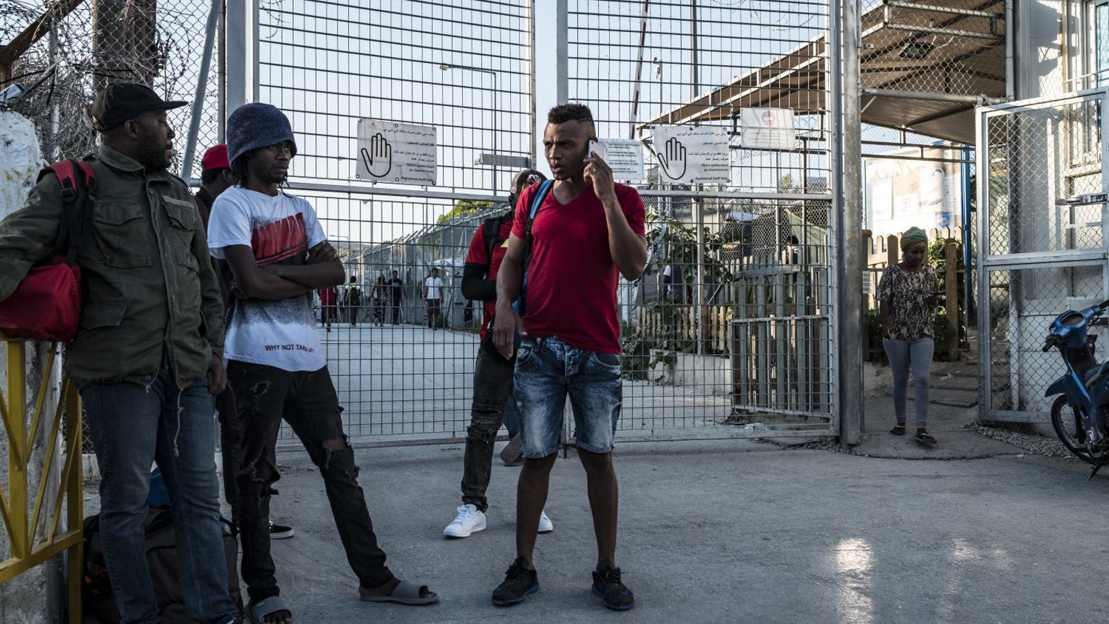 Immigrants a les portes del centre de detenció de Mòria, a l'illa de Lesbos.