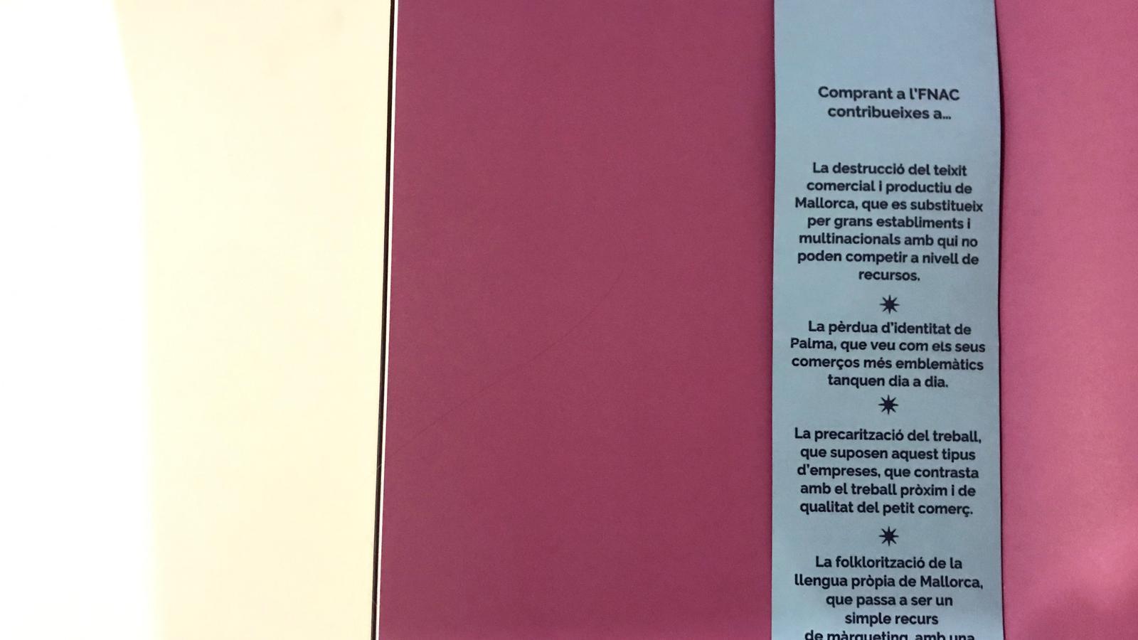 Punt de llibre que Mallorca Lliure ha col·locat a diferents productes de l'FNAC