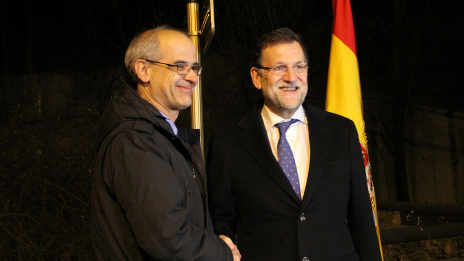 Salutació entre Toni Martí i Mariano Rajoy a la frontera del Riu Runer./N.M. (ANA)