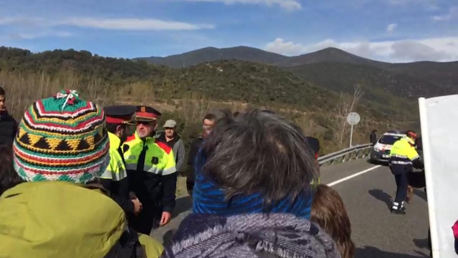Vídeo de com s'acorda amb els Mossos d'Esquadra l'obertura puntual del trànsit a l'N-145. / L. M.