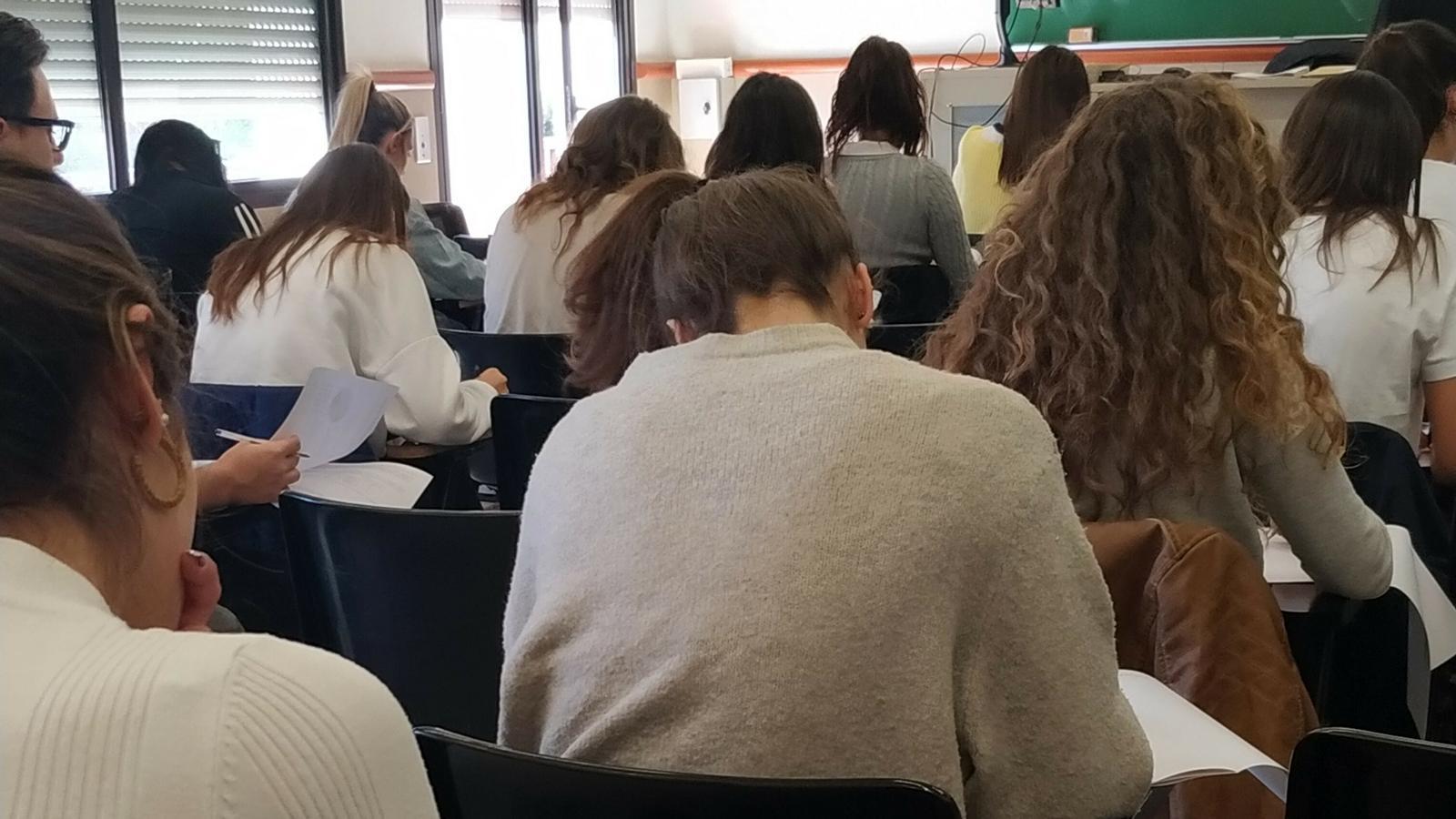Pla general dels estudiants en mig de la PAP al campus de la UB a Mundet