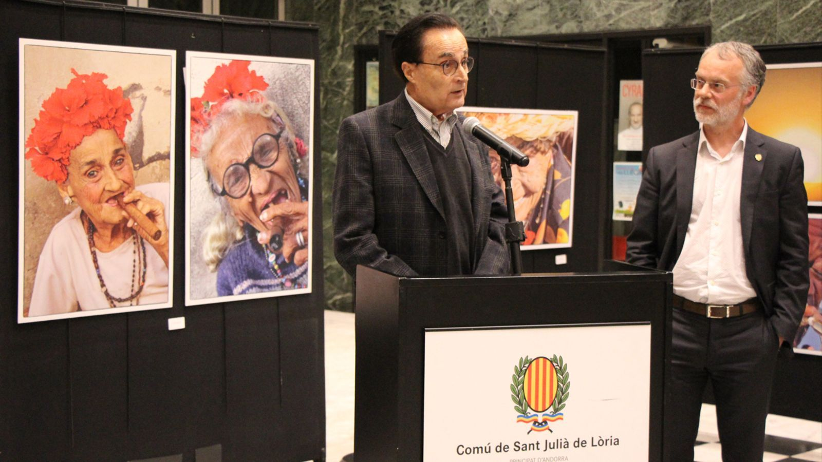 El president de la Federació Andorrana de Fotografia, Joan Burgués, i el conseller de Cultura del comú de Sant Julià de Lòria, Josep Roig, durant la inauguració de la mostra. / E. J. M. (ANA)