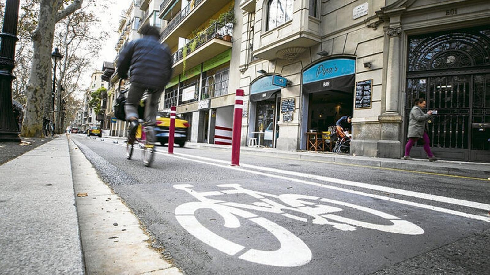 Una bicicleta pel carri bici de la Gran Via de Barcelona