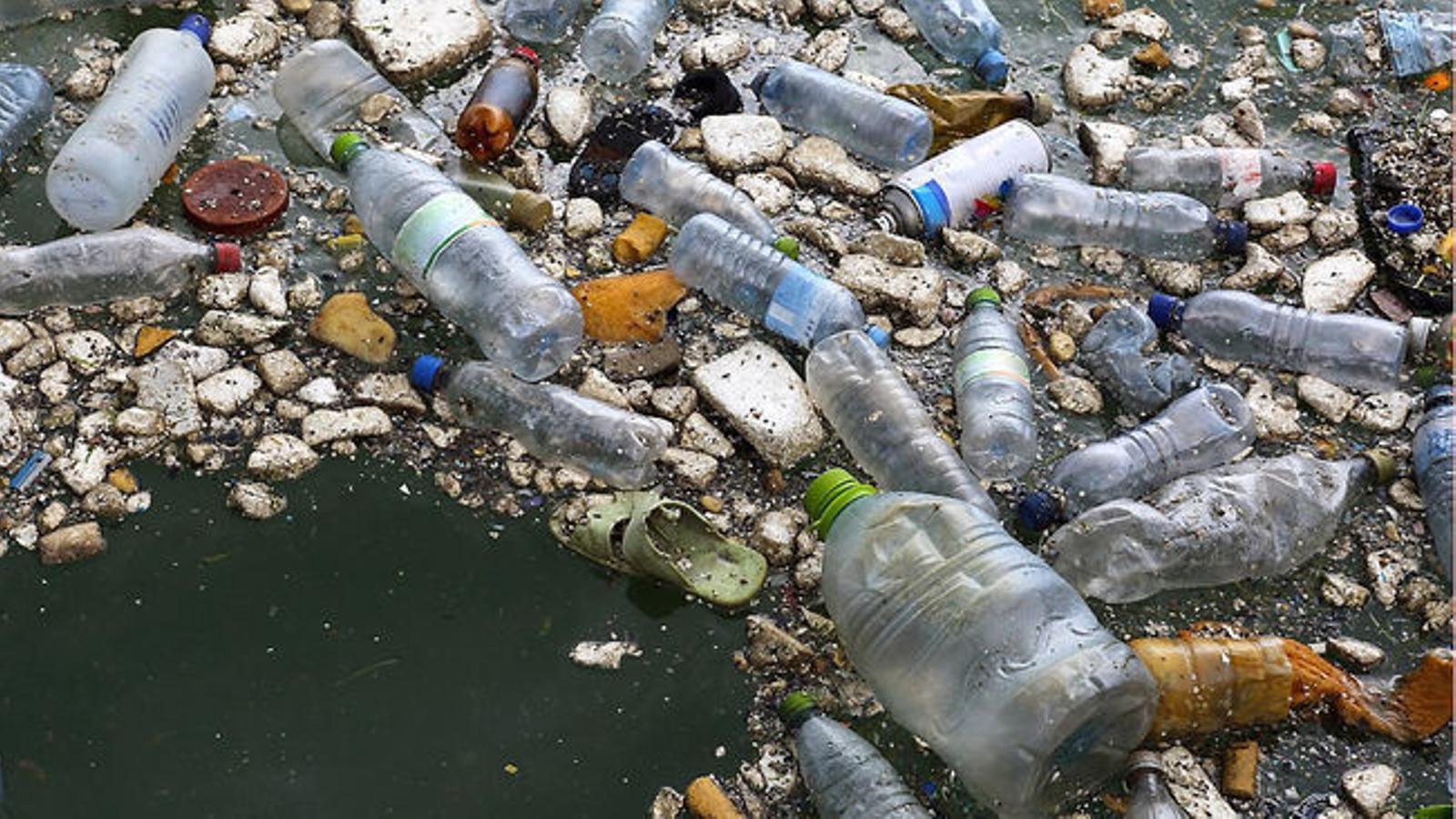 Projecte BlueIslands ha recollit i analitzat escombraries a les platges de nou illes mediterrànies aquest estiu a la imatge trossos de plàstic recollits en diferents platges