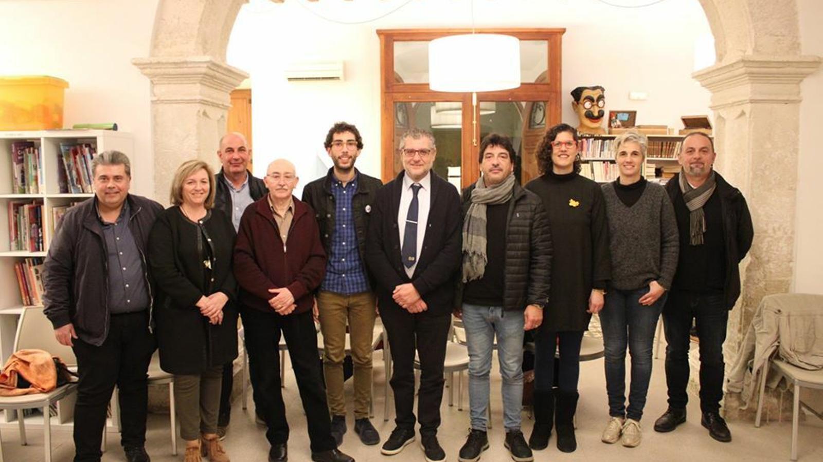 Antoni Sureda amb els representants municipals i del jurat.