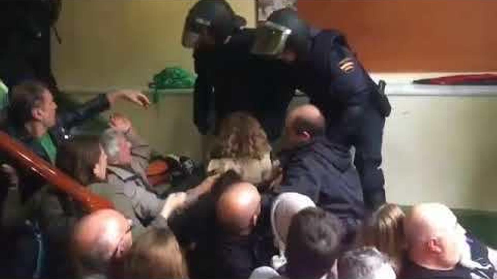 Càrregues policials a l'escala de l'institut Pau Claris