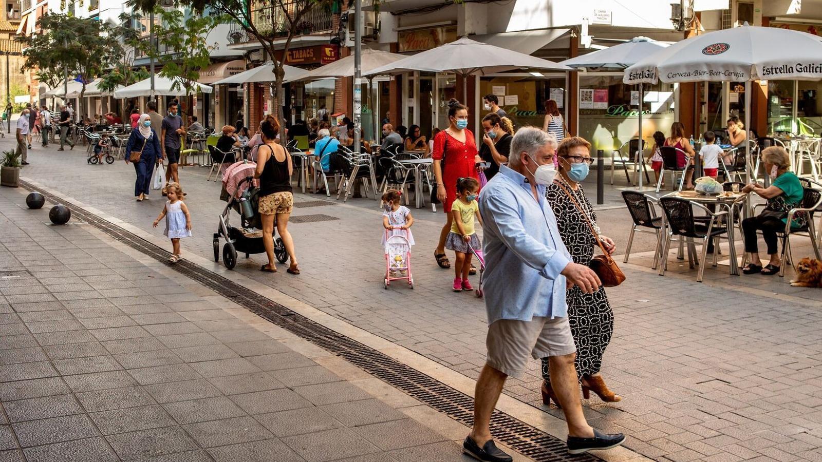 Un carrer de Castelldefels, que juntament amb Gavà ha estat inclòs en el grup de municipis amb restriccions per frenar l'expansió del covid-19 / ENRIC FONTCUBERTA / EFE