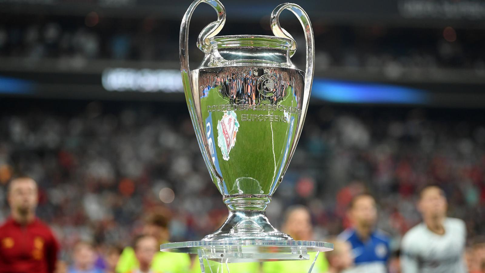 El trofeu de la Lliga de Campions exhibit abans de la Supercopa d'Europa entre el Liverpool i el Chelsea.