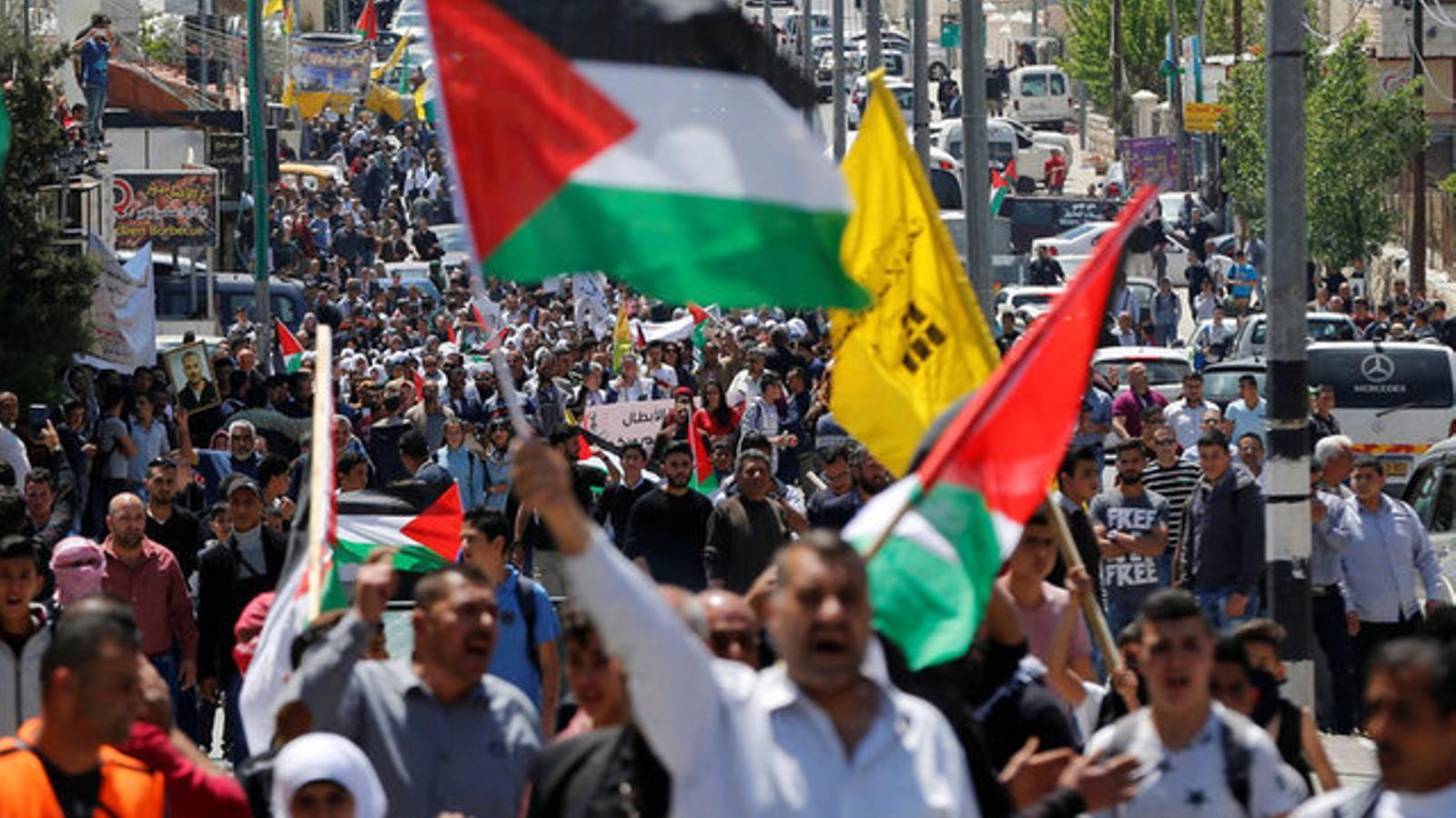 Ciutadans palestins protesten contra les dures condicions a les presons israelianes, a Betlem.