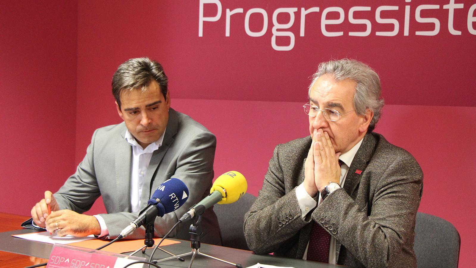 El membre de la comissió política nacional d'SDP, David Pérez i el president del partit, Jaume Bartumeu en la roda de premsa d'aquest dimarts. / B. N.